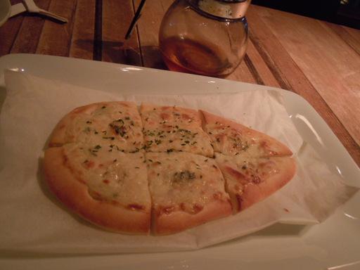 ゴルゴンゾーラとナンのピザ
