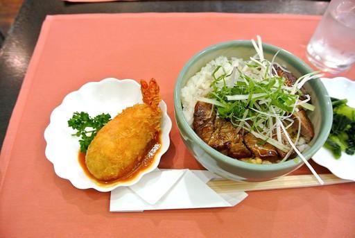 ステーキ丼と海老クリームコロッケ