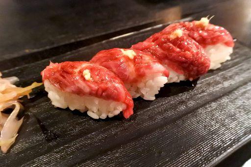 名刺代わりの三角バラ 肉寿司
