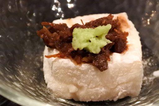 焼き胡麻豆腐、馬肉のしぐれ煮のせ