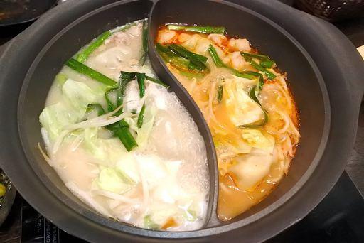 名物炊き餃子ともつ鍋の二色鍋
