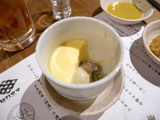 茶碗蒸しの中に牡蠣