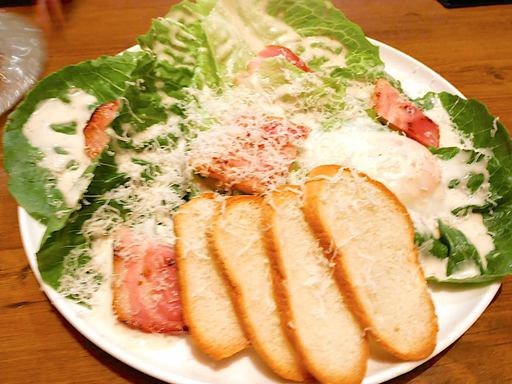 ロメインレタスと厚切りベーコンのシーザーサラダ