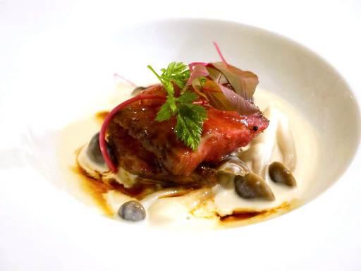 和牛イチボのサウナロースト 牡蠣としめじのクリームソース煮マデラソース 二口目はフランスパンと共に