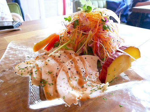 ハーブチキンと10品目野菜サラダ