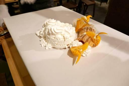 小さなホールケーキとシュー生地のロールケーキ