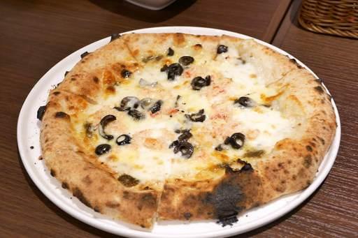 本ズワイ蟹とオリーブのチーズピッツァ