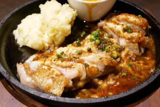阿波尾鶏の鉄板麻辣チーズ焼き