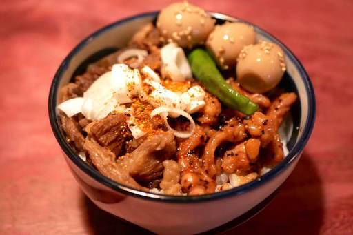 牛スジ煮込み丼&鶏せせり黒胡椒炒め丼