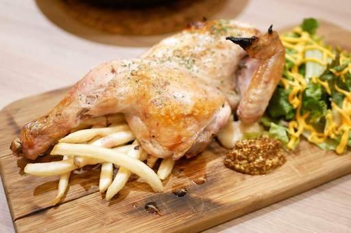 半身鶏の香草焼きを燻製塩と燻製ブラックペッパーで