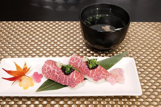 霜降り馬刺しのにぎり寿司と馬ほほ肉出汁の澄まし汁